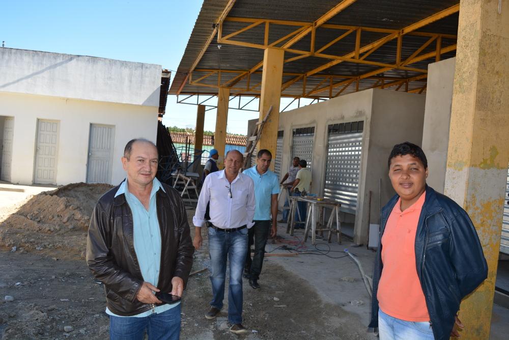 Comitiva de Vereadores visita obras de construção de boxes na feira de carnes de Barra do Choça